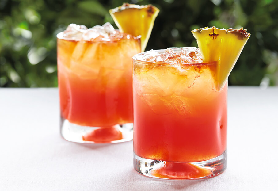 A fruity, exotic blend, it is considered one of the best tropical cocktails and brings together rum, coffee and coconut liqueurs and pineapple juice.